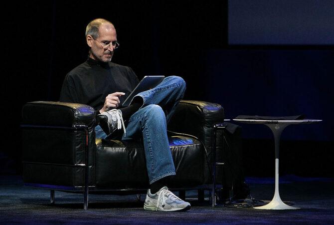 椅子に座るスティーブ・ジョブズ