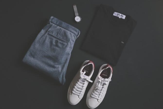 床に置かれたTシャツ、デニム、スニーカー
