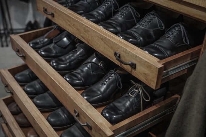 棚に並んだformeの靴