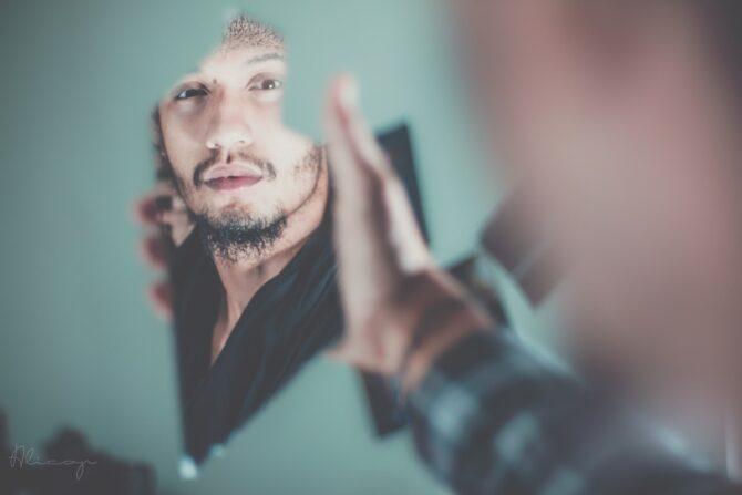 鏡の破片に映った男性