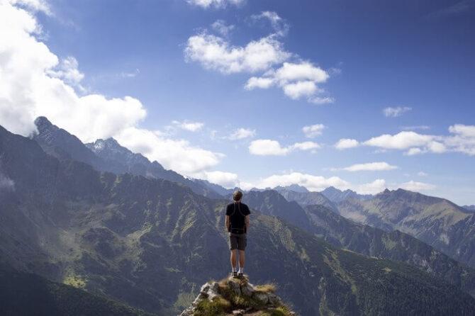 山の頂上に立つ男性