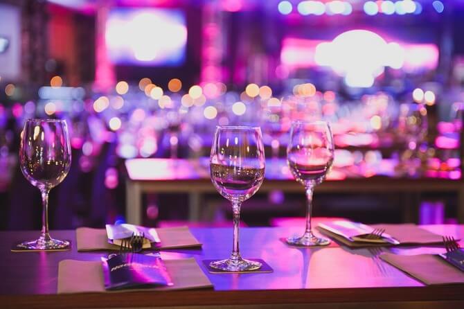 ムーディーなテーブルに置いてある3つのワイングラス