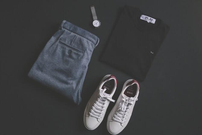 床に置かれたTシャツとデニムとスニーカー