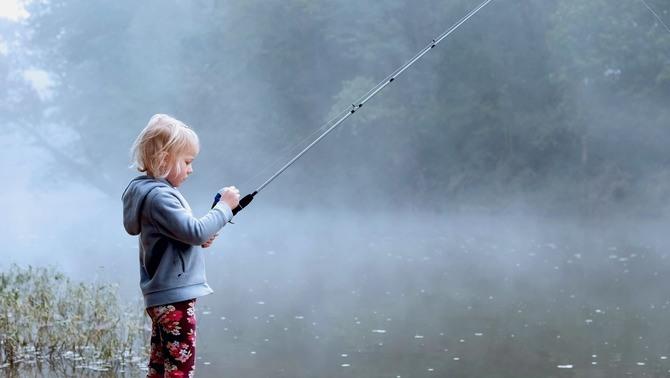 釣りをする少女