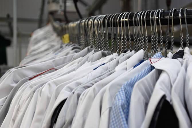 ハンガーにかかったたくさんの服