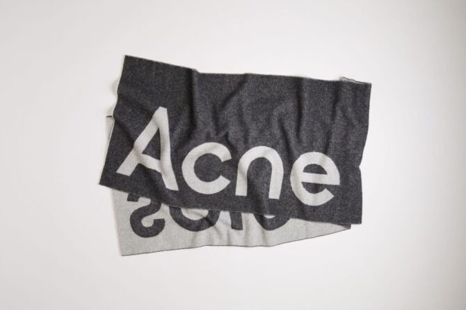 Acne Studiosのロゴマフラー