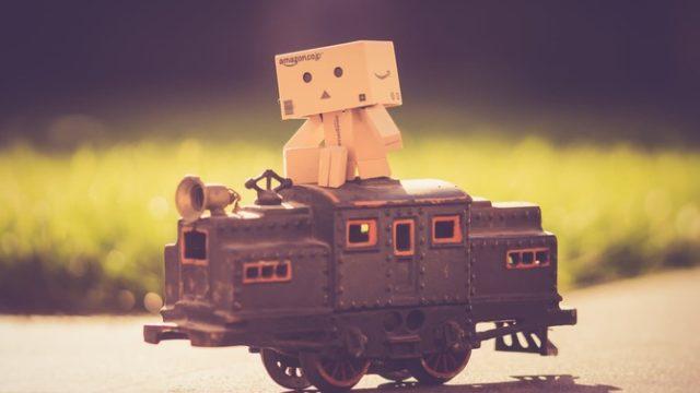 おもちゃの戦車に乗るダンボー