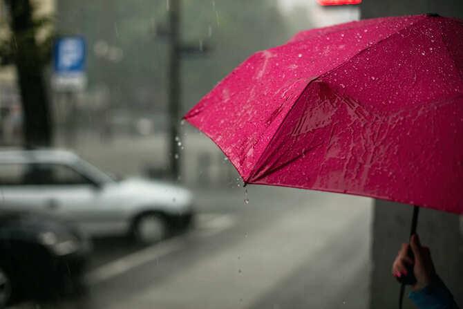 ピンク色の傘