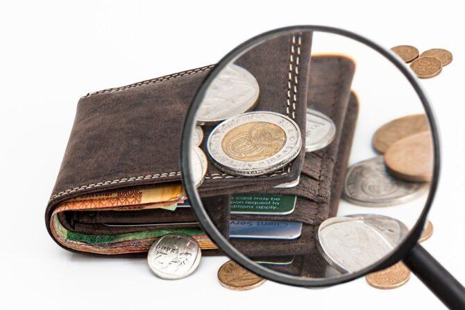 財布から溢れるコイン